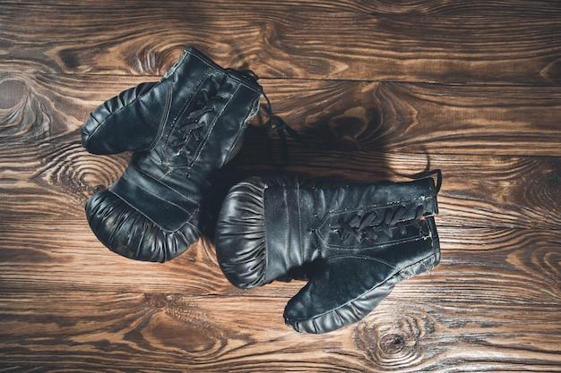 Перчатки на деревянном столе
