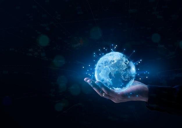 글로우 지구 입자가 인간의 손에 들고있었습니다. 빅 데이터 기술 개념.