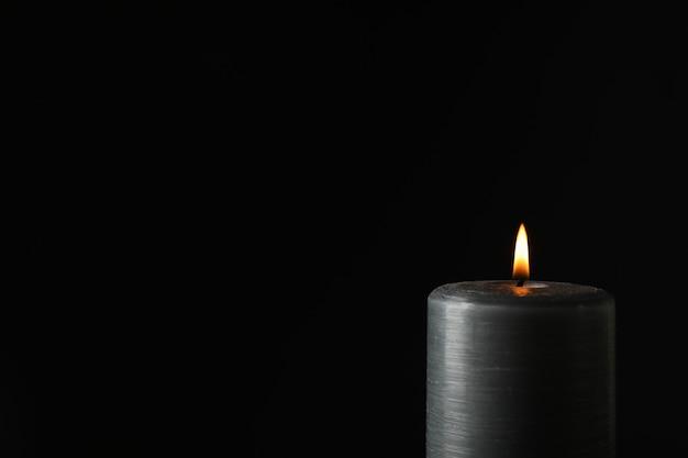 Светящаяся свеча на черном