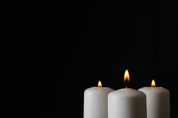 Светящиеся свечи на черном, место для текста