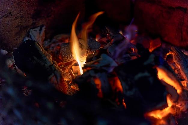 Раскаленные угли в гриле и немного пламени