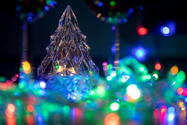 Светящееся хрустальное дерево в разноцветных блестящих гирляндах празднование нового года и рождества