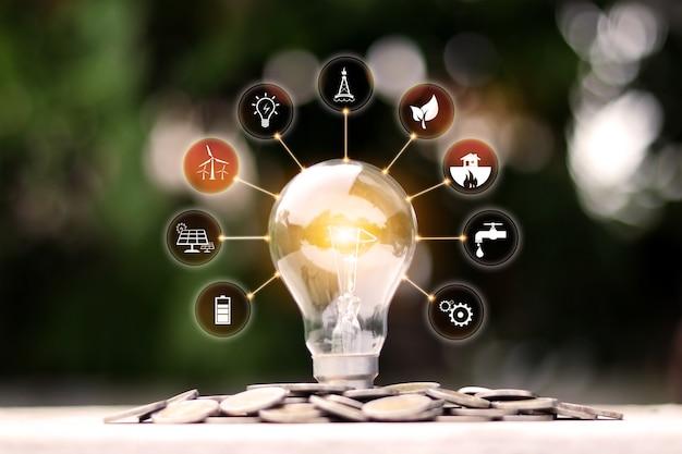 Светящаяся энергосберегающая лампочка и значок энергии концепция энергии и окружающей среды