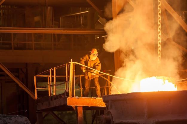 Светящийся ферросплав на металлургическом заводе