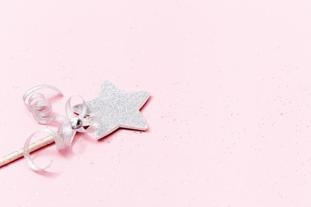 コピースペースとピンクの背景に輝く、きらびやかな星。魔法の星、願いの実現、夢。
