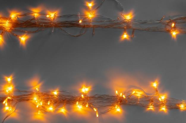 회색 배경에 빛나는 황금 전기 화환