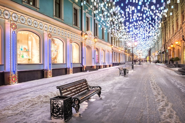 Glowing lanterns from the sky in stoleshnikov lane in moscow and new year's eve lighting