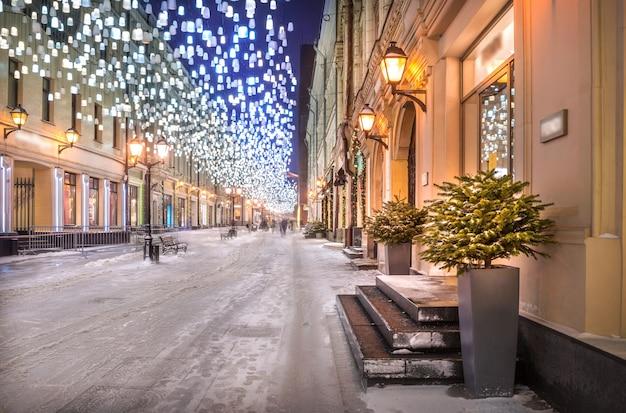 모스크바의 stoleshnikov lane과 새해 전야 조명의 하늘에서 빛나는 등불