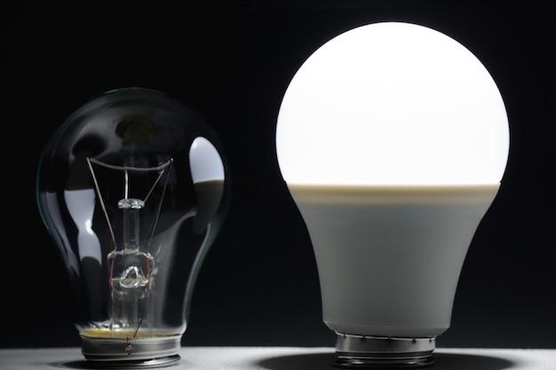 어둠 속에서 빛나는 led 램프와 백열 전구