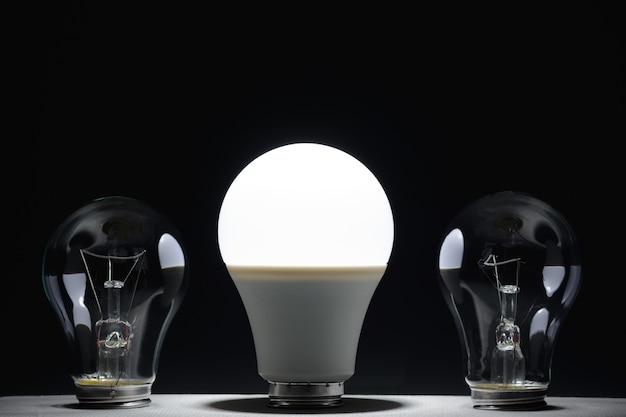 어둠 속에서 빛나는 led 램프 및 백열 전구