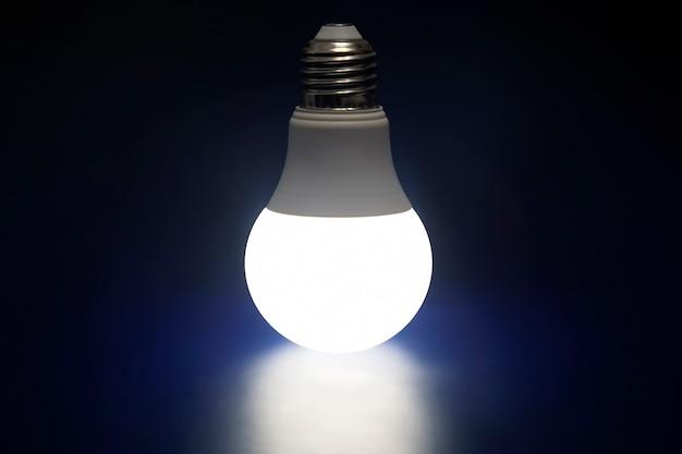 진한 파란색 배경에 빛나는 led 램프. 현대 기술과 전기