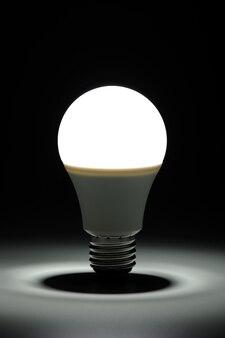 어둠 속에서 빛나는 led 빛