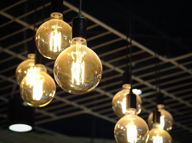 천장 화장실에서 매달려 빛나는 전구. 인테리어 객체.