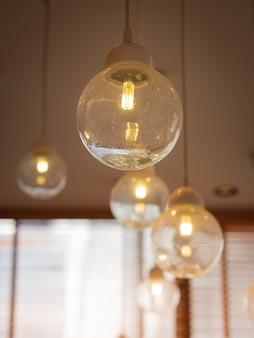 천장에 매달려있는 빛나는 전구