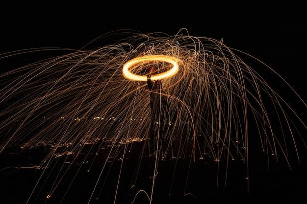 急速に回転しているときに、火花が空気中に広がる輝きのある光