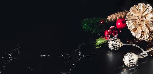 輝く光の弦と松のコーンとヤドリギの装飾