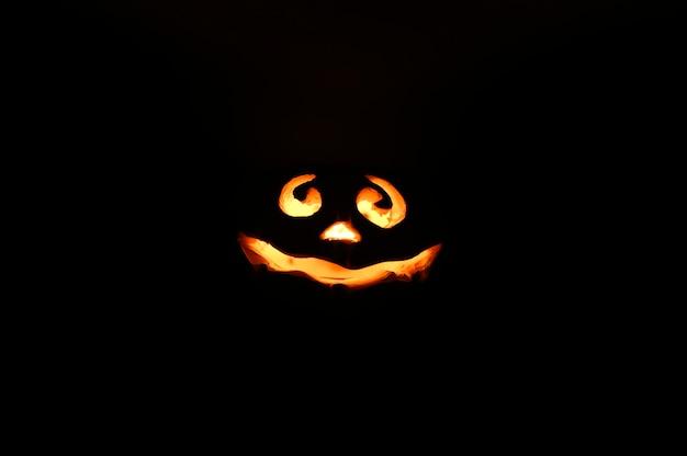 Светящееся улыбающееся лицо хэллоуин тыква