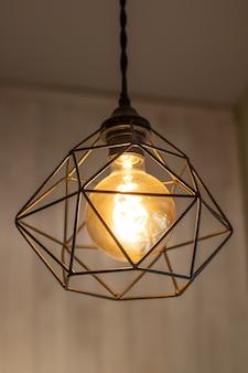 輝くヴィンテージメタルランプ。インテリアアイテム-電球付きの電気器具