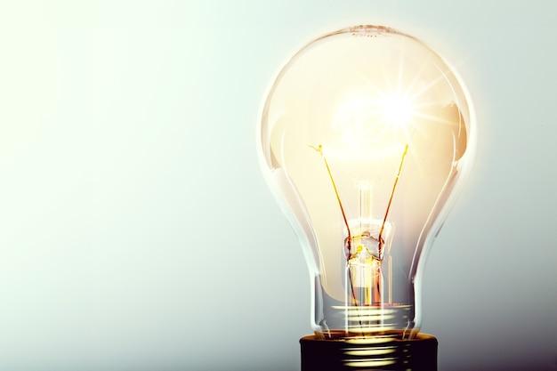 輝く黄色の電球、ビジネスアイデアのコンセプト