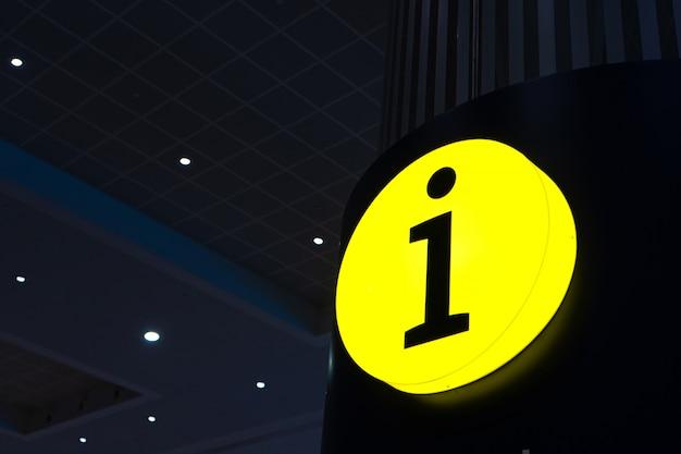 輝く黄色の看板インフォメーションデスク。参考情報。ヘルプボックス