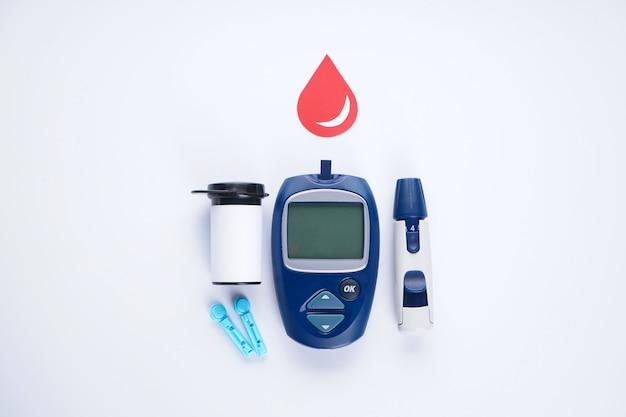 Глюкометр, ланцет и тест-полоска для определения уровня сахара в крови изолированы