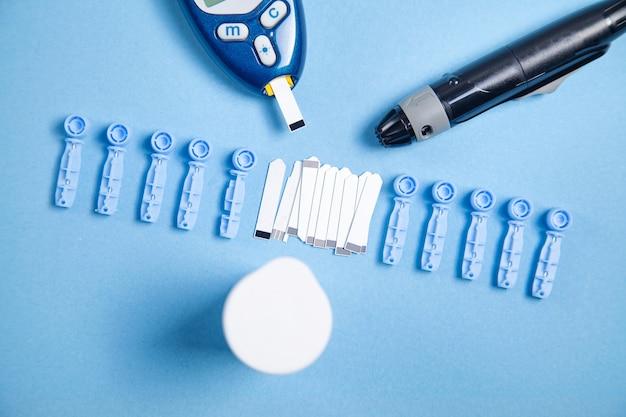 Глюкометр с тест-полосками и другими медицинскими объектами