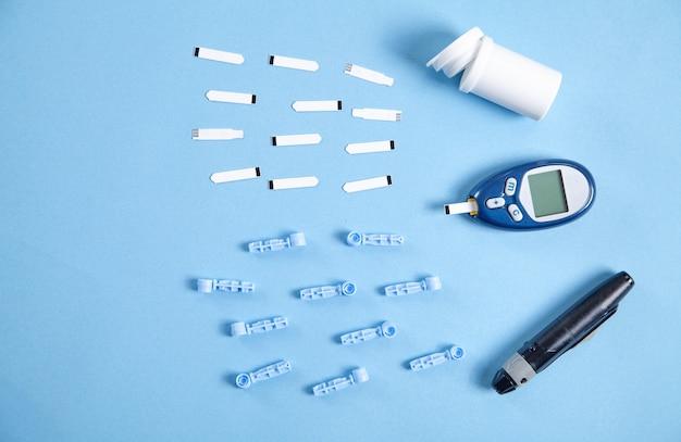Глюкометр с тест-полосками и другими предметами.