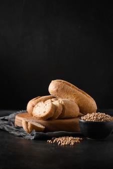 黒のグルテンフリーそばパンまたはパン