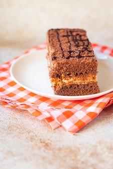 グルテンフリーのケーキピースシュガーフリーとラクトースフリーのチョコレートクリーム層