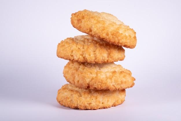 Печенье миндального ореха кокоса без глютена на белой изолированной предпосылке. Premium Фотографии
