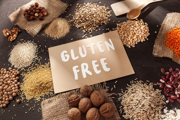 グルテンフリーの小麦粉と穀物のキビ、キノア、トウモロコシのパン、茶色のそば、テキストグルテンフリーの米