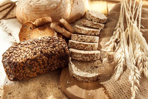 글루텐이없는 음식. 상위 뷰에서 나무 배경에 다양한 파스타, 빵 및 간식