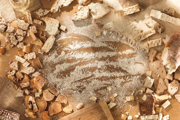 Продукты без глютена. различные макаронные изделия, хлеб и закуски на деревянных фоне сверху