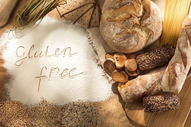 グルテンフリー食品。木製の様々なパスタ、パン、スナック