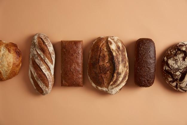 글루텐이없는 신선한 유기농 빵에는 감미료 나 식물성 기름을 사용하지 않고 정제 된 밀가루로 만든 건강에 좋은 재료가 들어 있으며 균형 잡힌 식단의 일부로 사용할 수 있습니다. 사워 도우 호밀 귀리 통밀 빵