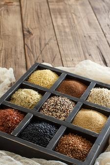 グルテンフリーの穀物-そば、黒レンズ豆、アマランス、キノア、麻の種、ソルガムの穀物、テフ、キビ