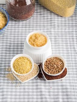 台所のテーブルの上のボウルにグルテンフリー穀物