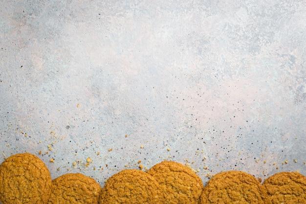 灰色の石にグルテンフリーの健康的なオートミールクッキー
