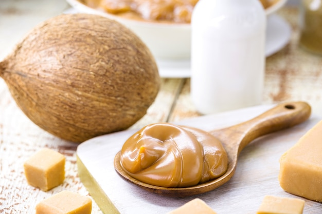 Конфеты без глютена и лактозы, сделанные из кокосового молока, веганской карамели или веганских молочных конфет