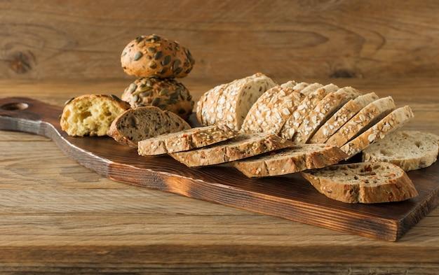글루텐 프리 비건 빵과 동물성 제품이 없습니다. 오트밀 나무 소박한 테이블과 채식 빵