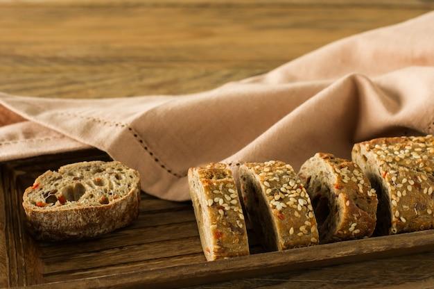 글루텐 프리 비건 빵과 동물성 제품이 없습니다. 나무 테이블에 오트밀을 곁들인 채식 빵