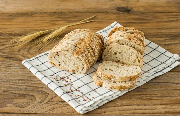 글루텐 프리 비건 빵과 동물성 제품이 없습니다. 오트밀을 곁들인 채식 빵,