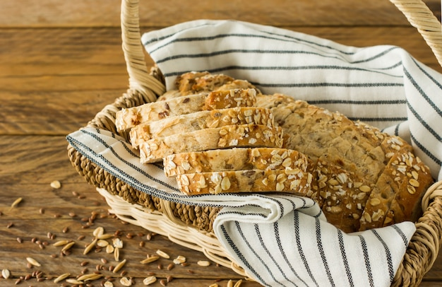 동물성 제품을 사용하지 않은 글루텐 프리 비건 빵. 바구니에 오트밀을 넣은 채식 빵