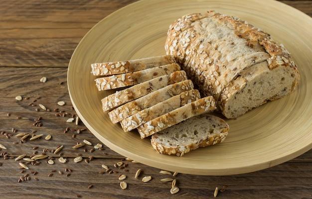 동물성 제품을 사용하지 않은 글루텐 프리 비건 빵. 테이블에 접시에 오트밀과 채식 빵