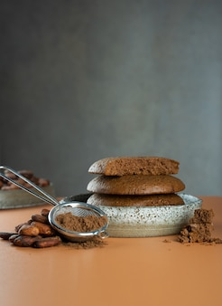 세라믹 그릇에 담긴 코코아의 글루텐 프리 비건 홈메이드 초콜릿 칩 쿠키유기농 제품코코아