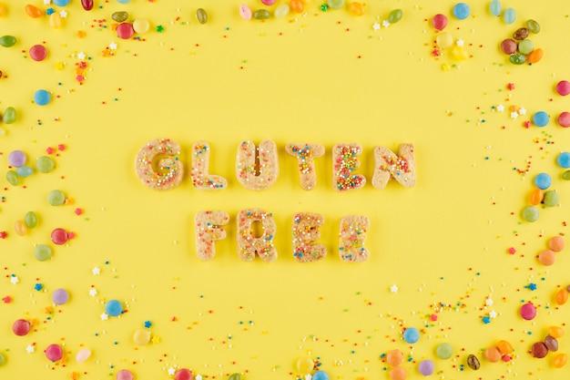 달콤하고 맛있는 쿠키로 만들고 다채로운 뿌리로 장식 된 글루텐 프리 단어
