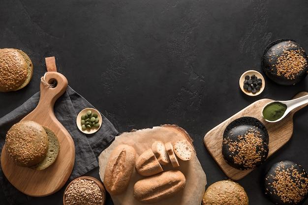 そばのスピルリナとグルテンフリーの健康的なパン上からのさまざまな種類の木炭の眺め