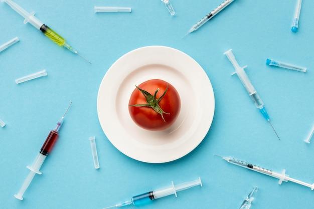 遺伝子組み換えトマトと注射器