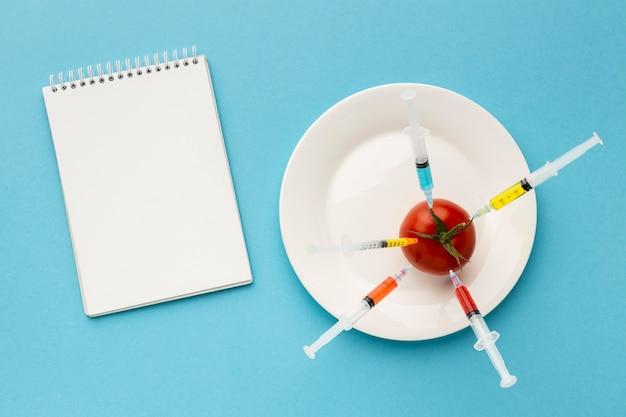 注射器で満たされた遺伝子組み換えトマト