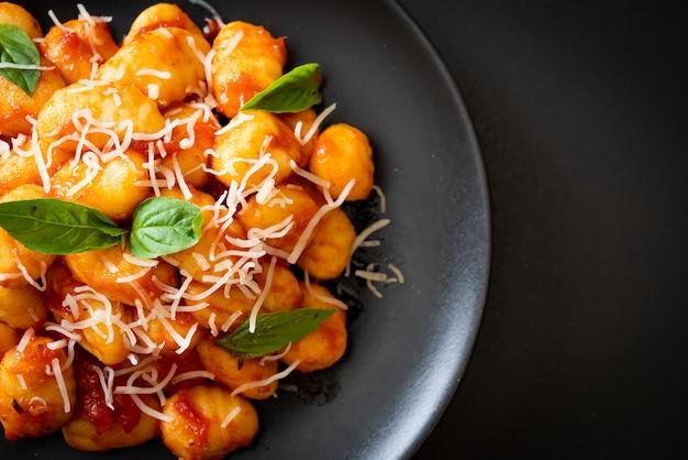 チーズ入りトマトソースのニョッキ-イタリアンフードスタイル